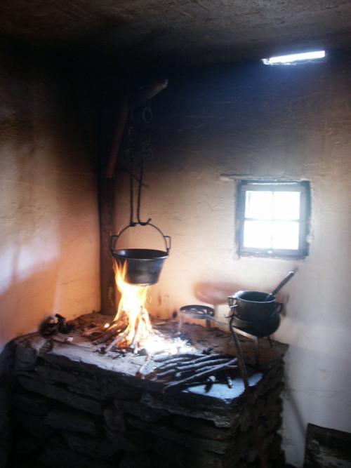 La cucina con il focolare nel museo all`aperto