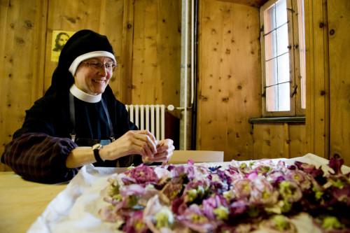 ©Stiftung Pro Kloster St. Johann in Müstair: Sr. Lutgarde Honegger ist im Kloster St. Johann für die Kräuterei zuständig